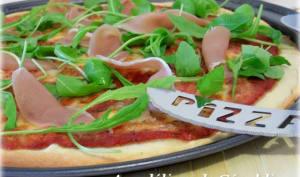 Pizza à la mozzarella, roquette et jambon sec italien