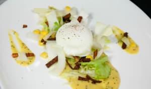 Oeuf poché, salade d'endives, dinde grillée et sauce moutarde