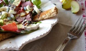 Salade composée au chèvre, pomme, viande des grisons et graines de courges