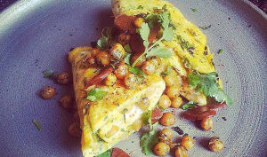 Omelette aux pois chiches grillés, herbes et poutargue