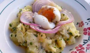 Salade de pommes de terre parisienne et oeuf coulant