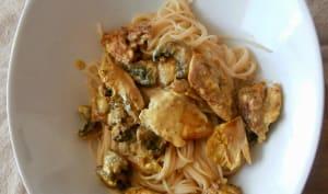Poulet sauté au curry, coco, baies roses et citron vert