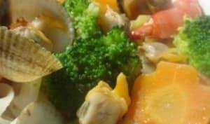 Nouilles chinoises sur bouillon de coquillages et lait de coco. Légumes sautés à l'huile de coco