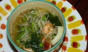 Fondue japonaise aux calamars, crevettes et légumes verts