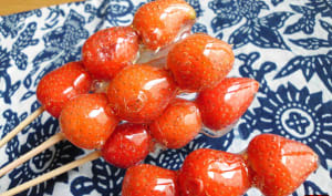 Brochettes de fraises caramélisées à la chinoise