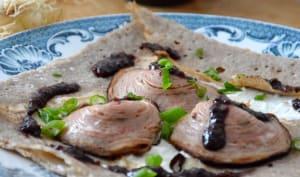 Galette mousse de chèvre, andouille de Guéméné, moutarde violette et tiges oignons