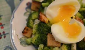 Salade de brocoli, oeuf mollet et croûtons