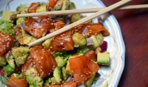 Salade saumon cru et avocat sauce sésame