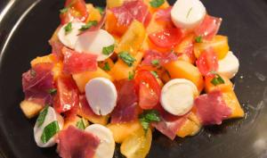 Salade de melon, viande des grisons, mozzarella et menthe