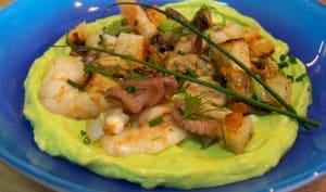 Salade de fruits de mer sur mousse d'avocat au curry et piment d'Espelette