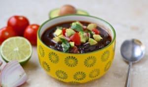 Soupe de haricots noirs au chorizo, et salsa à l'avocat