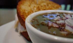 Soupe veloutée aux haricots noirs et crevettes pour Halloween