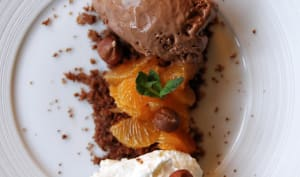 Glace au chocolat noir, biscuit sablé chocolat-noisettes, suprêmes de clémentines et chantilly vanille