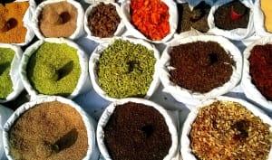 Epices indiennes typiques sur un marché
