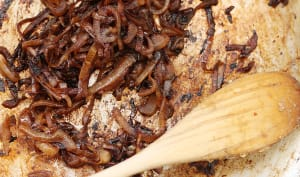 Oignons caramélisés dans une poêle