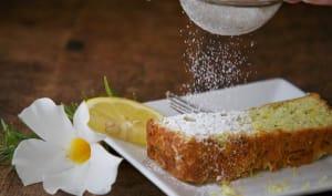 Part de cake au citron saupoudré de sucre glace