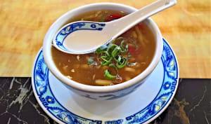 Soupe chinoise servie dans une tasse en porcelaine