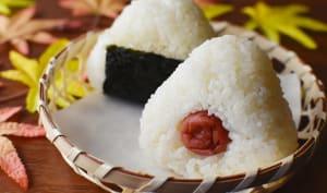 Onigiri dans une assiette en bambou