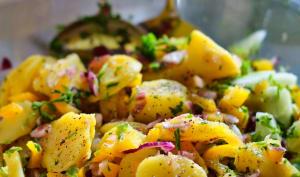 Salade de pommes de terre, oignons et herbes fraîches