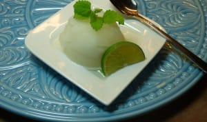 Sorbet au citron vert dans une assiette à dessert