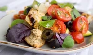Salade de tomate, pain et olives