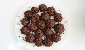 Brigadeiro au chocolat dans un plat à dessert