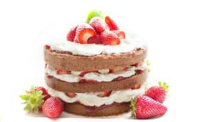 Gâteau à étages fraises et chantilly