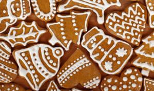 Biscuits gingerbread en forme de sapins, cloches et bonhommes