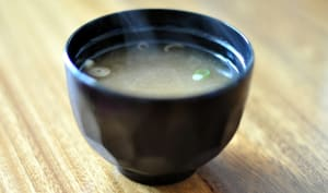 Soupe miso dans un bol