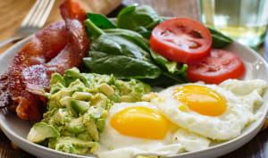 Assiette keto avec oeufs, bacon et avocat