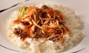Assiette de chop suey servi avec du riz