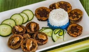 Assiette de beignets d'aubergines et garniture aux moules