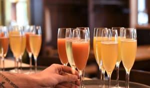 Verres de cocktails au champagne sur un plateau
