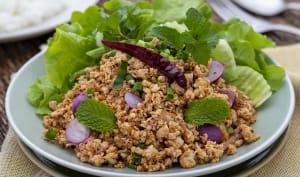 Assiette de laab kai et salade