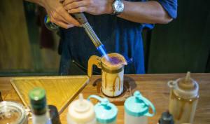 Barista en train de préparer un café dalgona