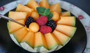 Salade de fruits servie dans un melon découpé en dents de loup