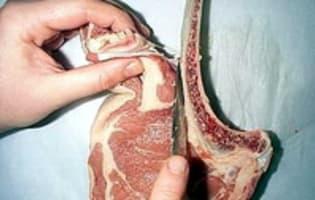 Manchonner une côte de veau ou de porc - Etape 3