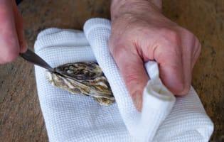 Ouvrir les huîtres facilement - Etape 2