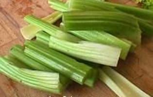 Verts de céleri à l'étouffée  - Etape 1