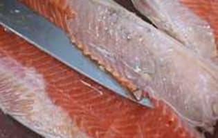 Oter la peau et dégraisser un filet de saumon - Etape 1