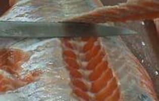 Oter la peau et dégraisser un filet de saumon - Etape 7
