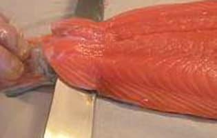 Oter la peau et dégraisser un filet de saumon - Etape 3