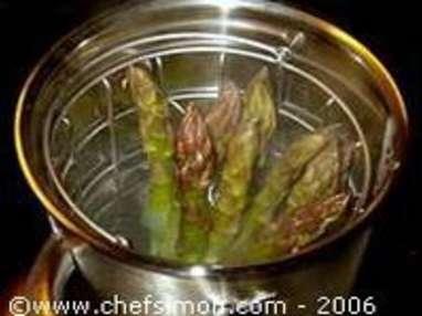 Cuire des asperges à la vapeur et réaliser une crème d'asperges