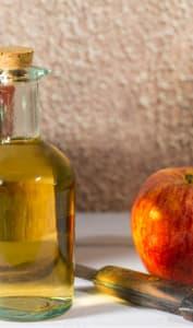 Flacon de vinaigre de cidre et pommes