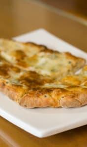 Cheese naan découpé en morceaux