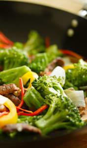 Boeuf et brocolis sauté dans un wok