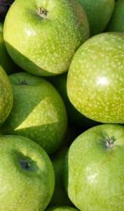 Pommes vertes sur un étal de marché