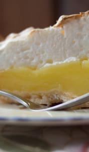 Part de tarte au citron sur assiette