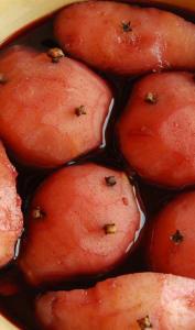 Poires pochées dans le vin rouge