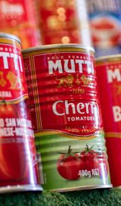 Conserves de tomates pelées dans un supermarché